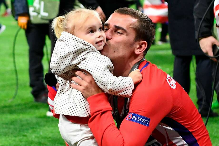 Antoine Griezmann gives his daughter a victory kiss. Photo: Franck Fife / AFP / Getty Images