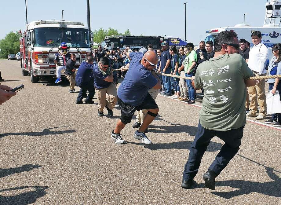 Agencias de fuerzas del orden locales y federales compitieron en un concurso para jalar una máquina de apagafuegos como un evento para recaudar fondos para la Olimpiadas Especiales en Uni-Trade, el miércoles. Photo: Cuate Santos /Laredo Morning Times / Laredo Morning Times