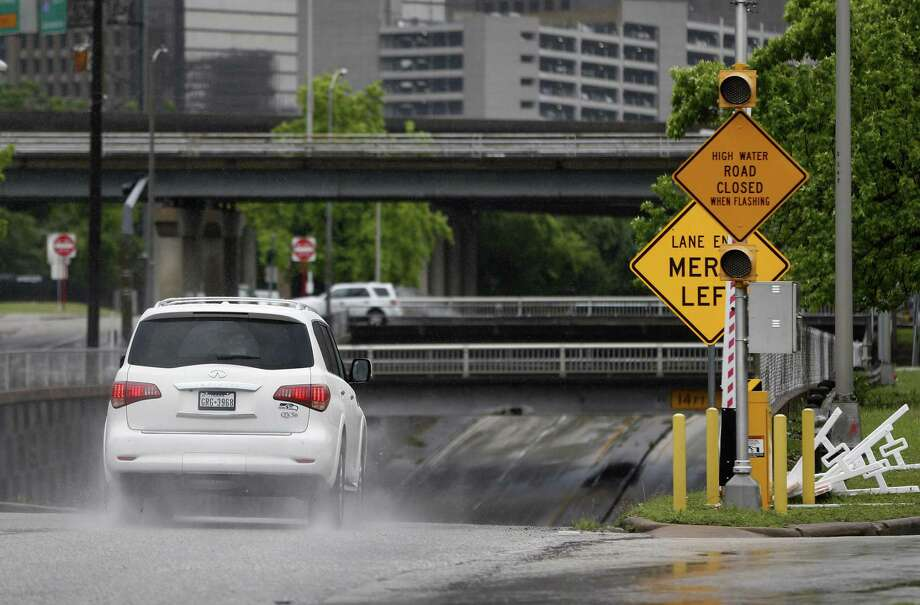 A sign on Houston Avenue warns of high water when flashing. Photo: Karen Warren, Staff / Houston Chronicle / © 2016 Houston Chronicle