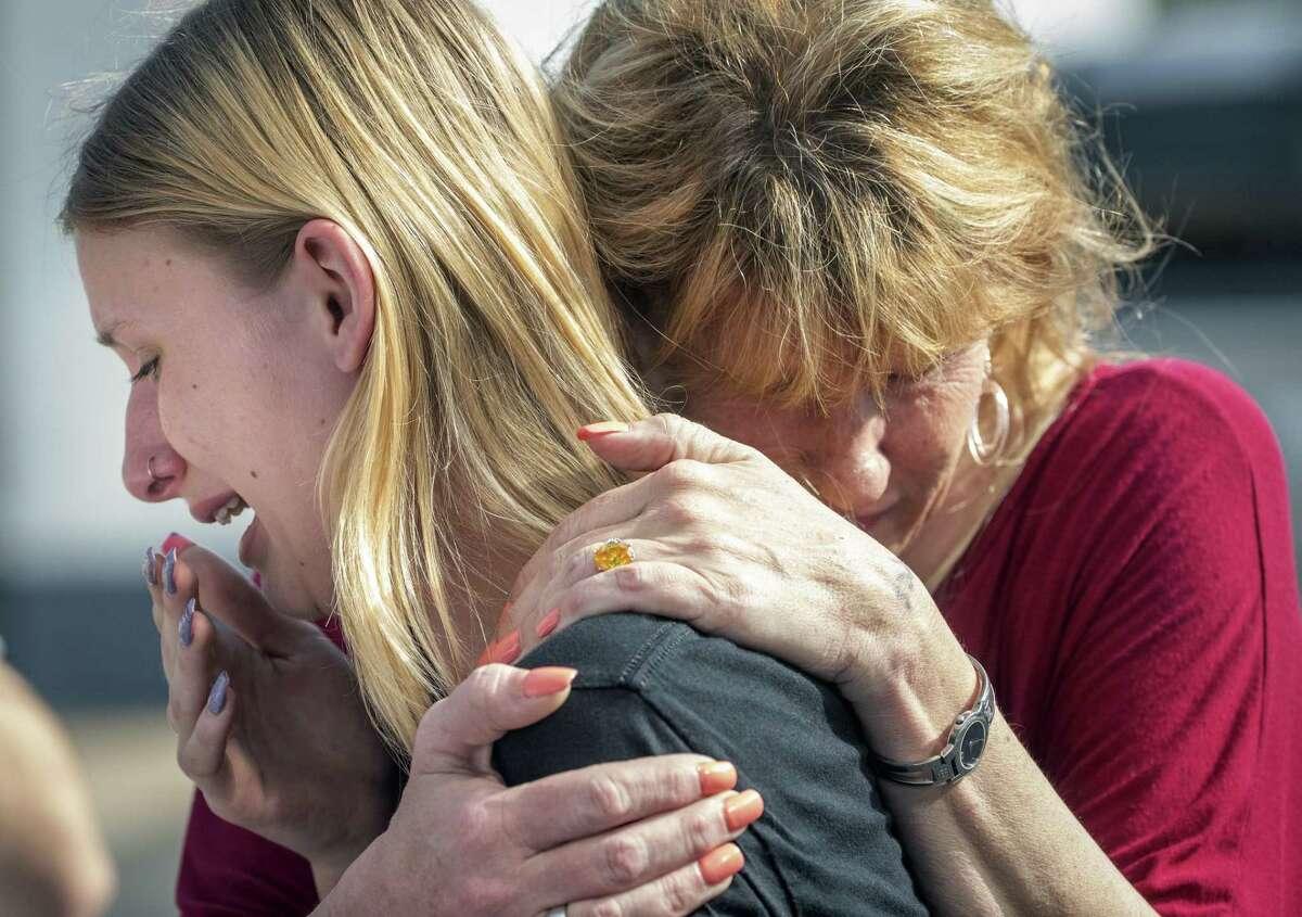 La estudiante de preparatoria Dakota Shrader es reconfortada por su madre Susan Davidson tras un tiroteo en la escuela secundaria de Santa Fe, Texas, el viernes 18 de mayo de 2018.