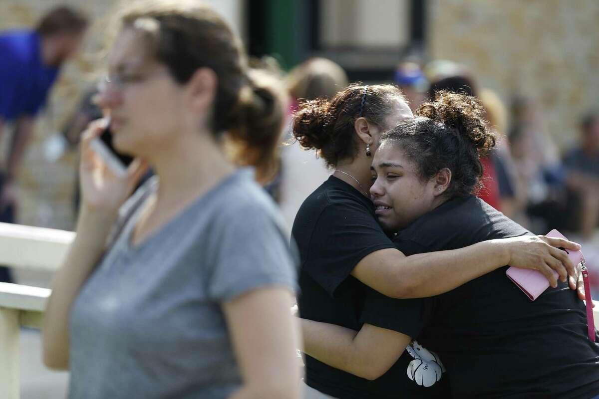 La estudiante Guadalupe Sánchez, de 16 años, llora abrazada por su madre, Elida Sánchez, al encontrarse tras un tiroteo en la escuela Santa Fe que dejó varios muertos y heridos, en esa ciudad de Texas, el viernes 18 de mayo de 2018.
