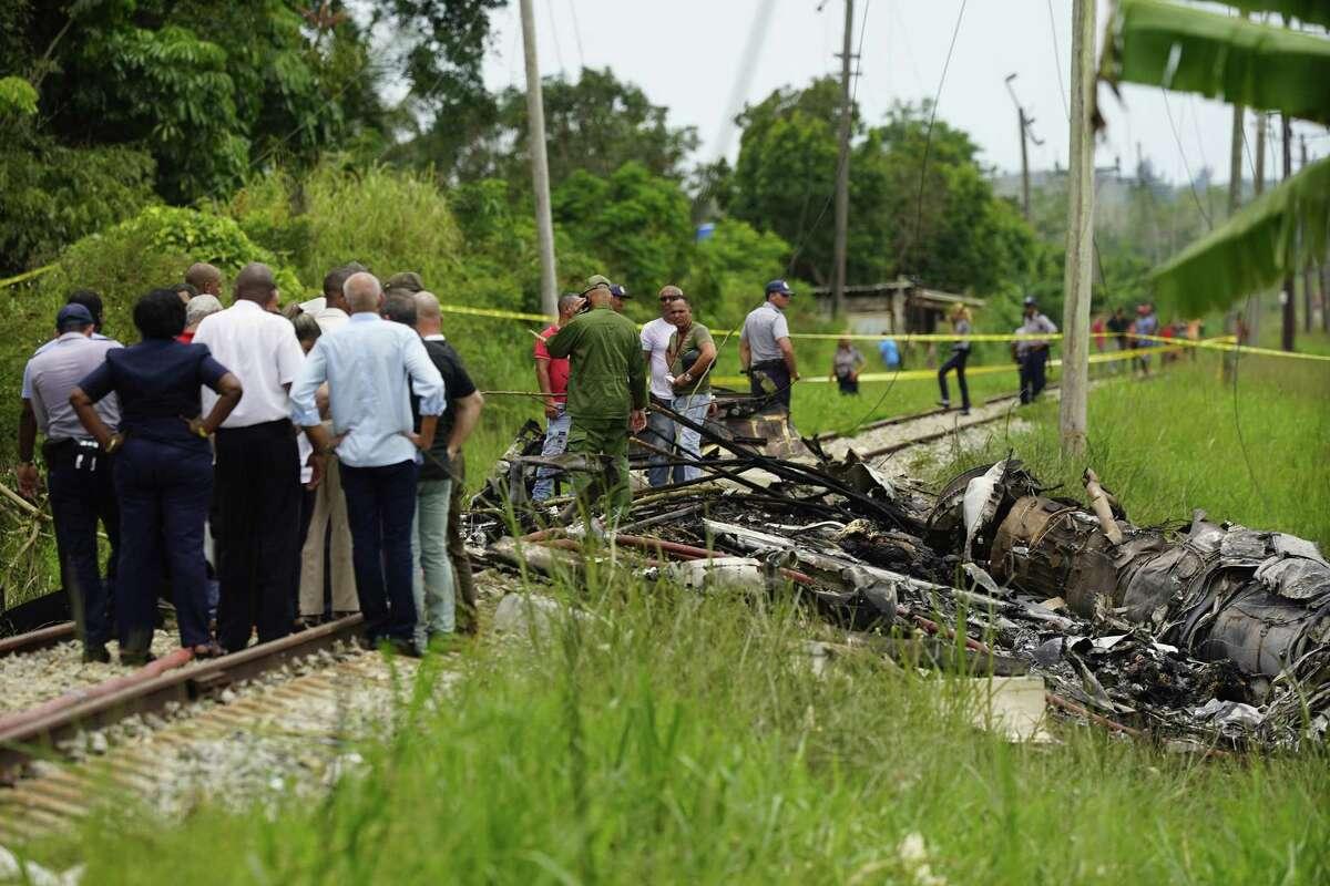 Trabajadores de rescate y búsqueda en el sitio donde un avión cubano con más de 100 pasajeros a bordo cayó en un campo de yuca justo después del despegue desde el aeropuerto internacional de La Habana, Cuba, el viernes 18 de mayo de 2018.