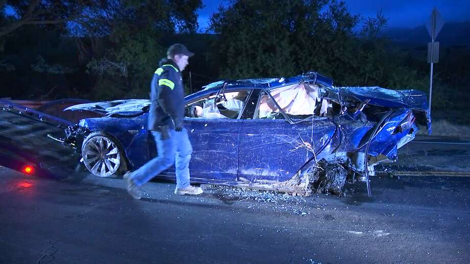 The CHP recover a Tesla Model S that had veered off Crow Canyon Road and into  a pond between San Ramon and Castro Valley on May 21, 2018. Photo: Jorge Bustos/KTVU