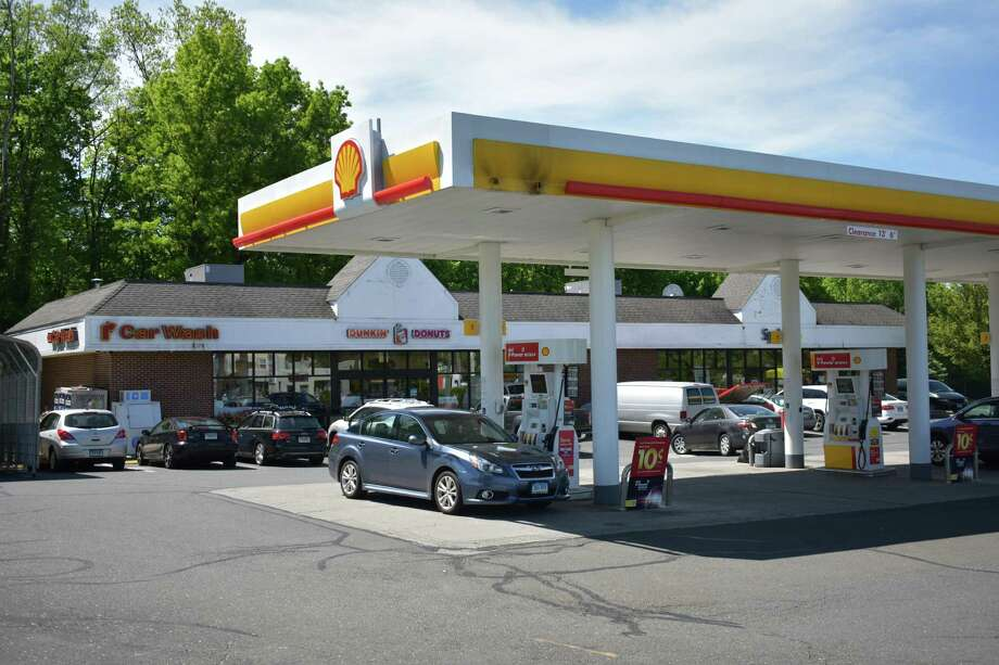 The Shell plaza at 307 Connecticut Ave. in Norwalk, Conn., which also houses a Sprint retail outlet. On May 10, 2018, Stop & Shop parent Ahold sold the property for $2.5 million to CPD Properties of New Paltz, N.Y., with CPD Energy running more than 200 fuel stations and convenience stores in the tri-state region. Photo: Alexander Soule / Hearst Connecticut Media / Stamford Advocate