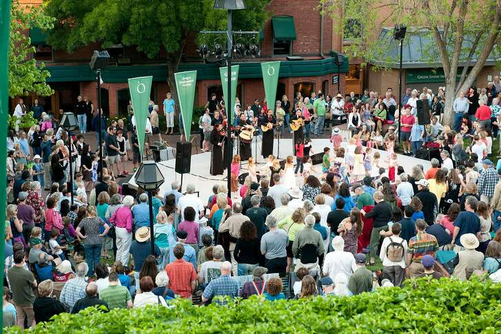 The Oregon Shakespeare Festival offers free entertainment, the Green Shows, during the summer.
