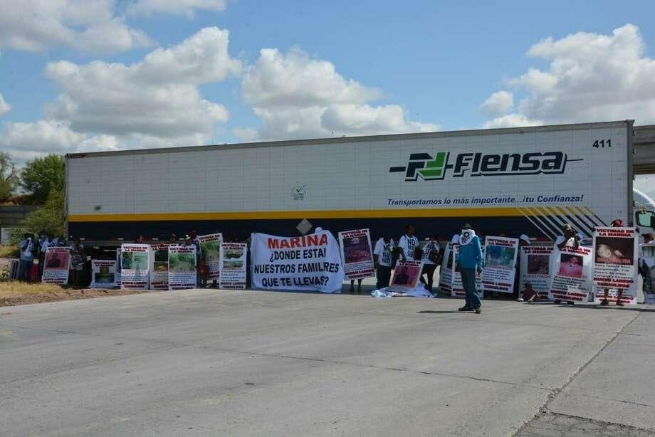 Manifestantes de Nuevo Laredo, México cerraron el Puente del Comercio Mundial en protesta por sus familiares que supuestamente habrían sido secuestrados por la marina mexicana. Photo: Foto De Cortesía