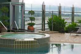Pool and hot tub available for all passengers at Singapore Changi (Chris McGinnis)