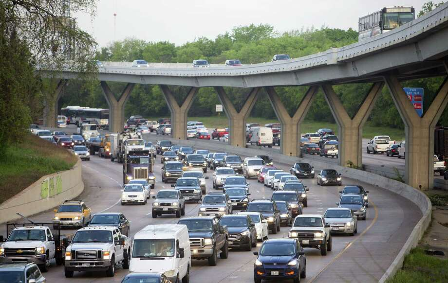 Drivers commute along I-10 in Houston in 2015. Houston experienced strong population gains each year from 2011 through 2015, but gained only about 8,000 new residents for the year ending July 1, 2017. Photo: Cody Duty, Staff / Houston Chronicle / Ã  2015 Houston Chronicle