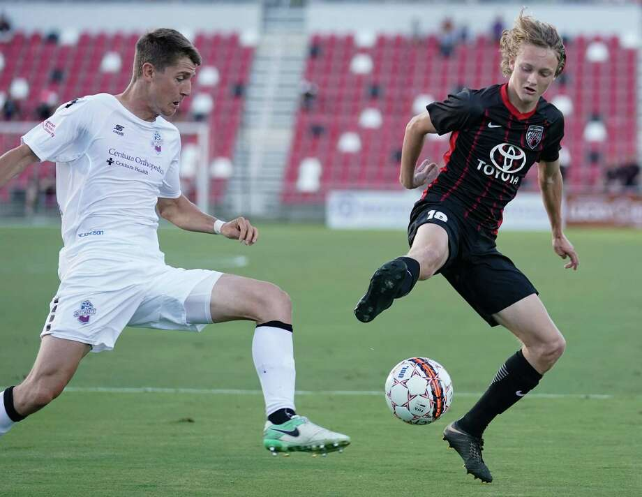 SAFC midfielder and San Antonio native Ethan Bryant plays the ball in front of a Colorado Springs FC player on Wednesday. Photo: Darren Abate / Darren Abate /USL / Darren Abate Media LLC