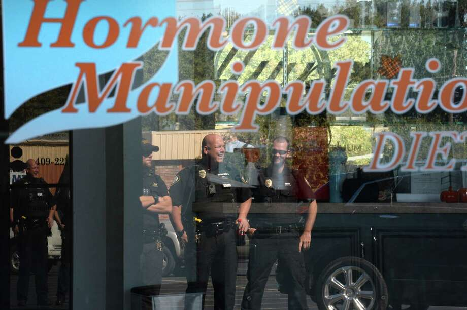 Nederland Police officers posted outside then Optimum Medical Weight Control and Family Wellness on Tuesday while Drug Enforcement Agency officers execute a search warrant. Photo taken Tuesday, October 24, 2017 Guiseppe Barranco/The Enterprise Photo: Guiseppe Barranco, Photo Editor / Guiseppe Barranco ©