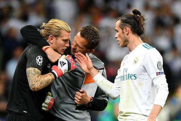 KIEV, UKRAINE - MAY 26: Gareth Bale of Real Madrid speaks with Loris Karius of Liverpool after the UEFA Champions League Final between Real Madrid and Liverpool at NSC Olimpiyskiy Stadium on May 26, 2018 in Kiev, Ukraine.  (Photo by Michael Regan/Getty Images)