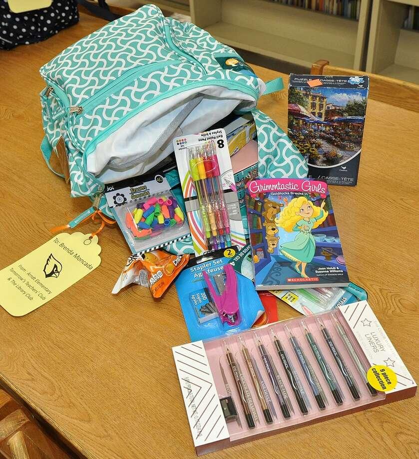 La mochila personalizada cuenta con crayolas, marcadores, rompecabezas, entre otras cosas. Photo: Foto De Cortesía /United ISD