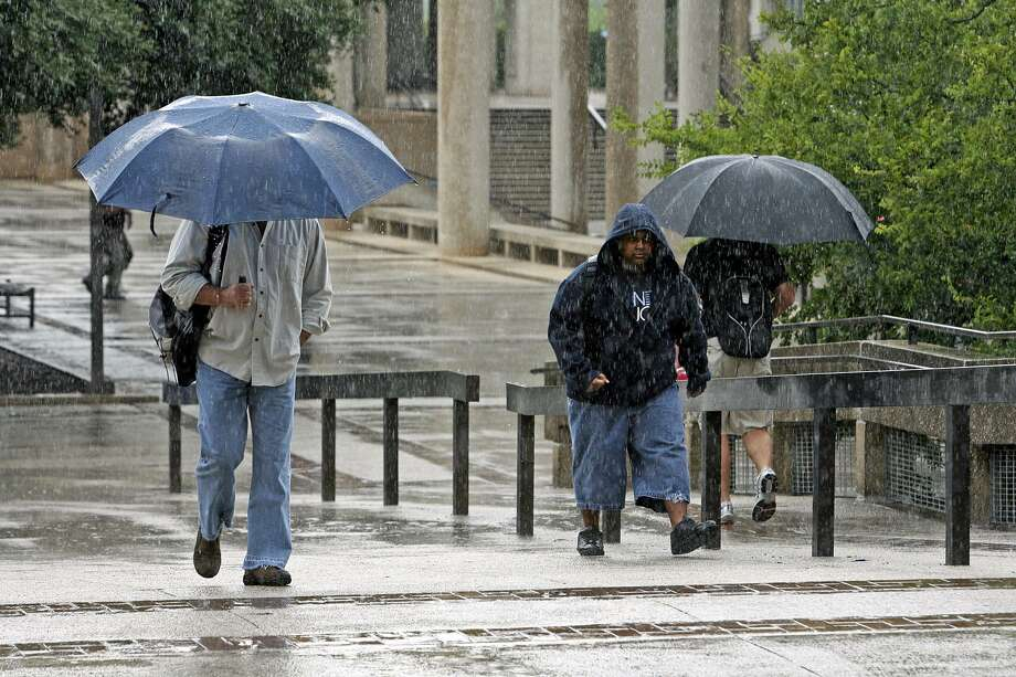 Sunday afternoon, there's a 50 percent chance of rain forecast in Bexar County, a meteorologist with the National Weather Service said. That increases to 60 percent Monday afternoon into Tuesday. Photo: TOM REEL /SAN ANTONIO EXPRESS-NEWS / SAN ANTONIO EXPRESS-NEWS