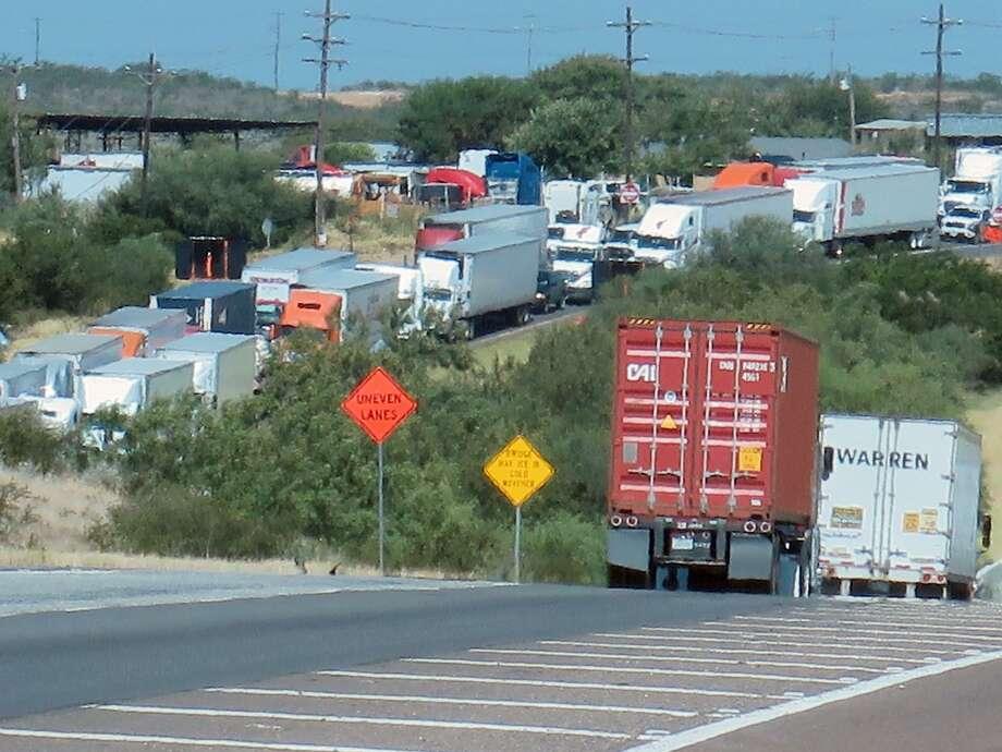 ARCHIVO — Construcción de carretera aliviaría congestión vial en Mines Road Photo: Cuate Santos /Laredo Morning Times / LAREDO MORNING TIMES