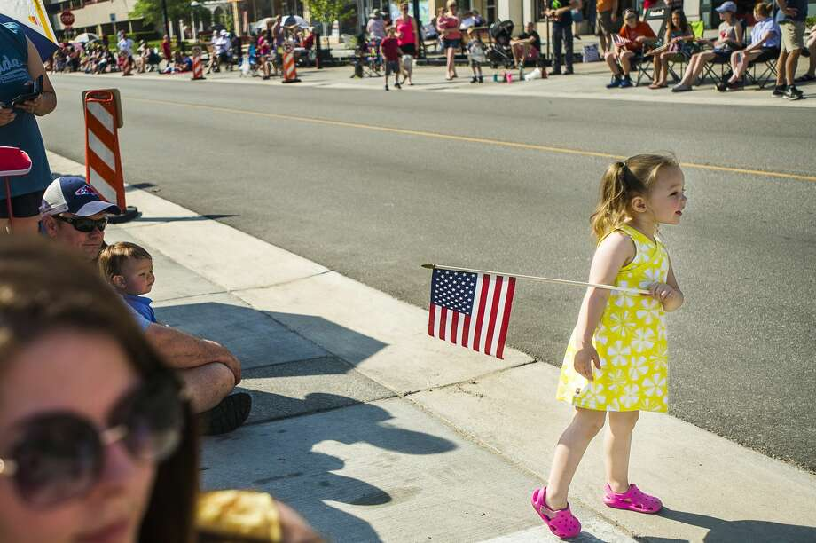 Elizabeth Oliver, 3, anxiously awaits the arrival of the annual Memorial Day Parade as it moves along Main Street in downtown Midland. (Katy Kildee/kkildee@mdn.net) Photo: (Katy Kildee/kkildee@mdn.net)