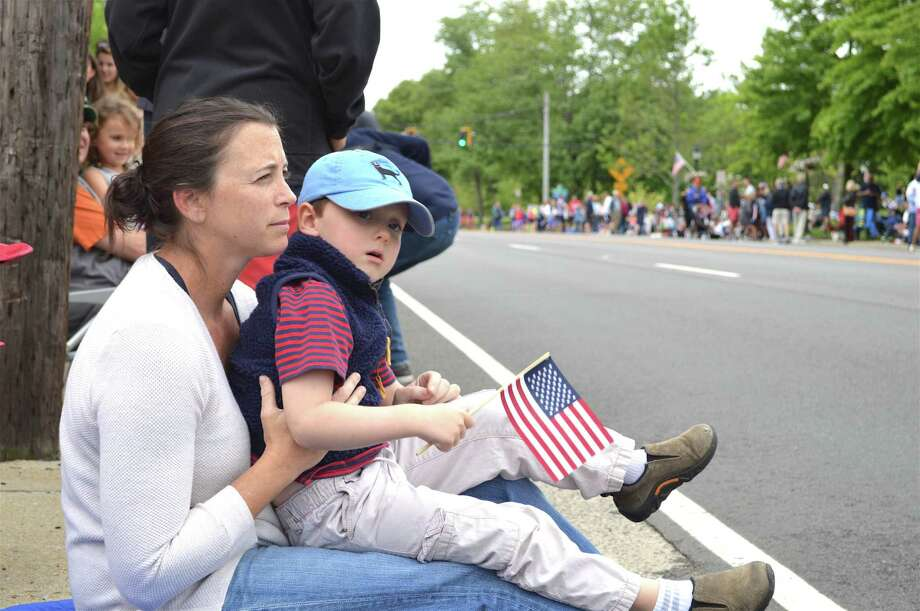 Andy Huntington of Darien and her son Johnny, 4, watch the parade on the Post Road at the Memorial Day celebration, Monday, May 28, 2018, in Darien, Conn. Photo: Jarret Liotta / For Hearst Connecticut Media / Darien News Freelance