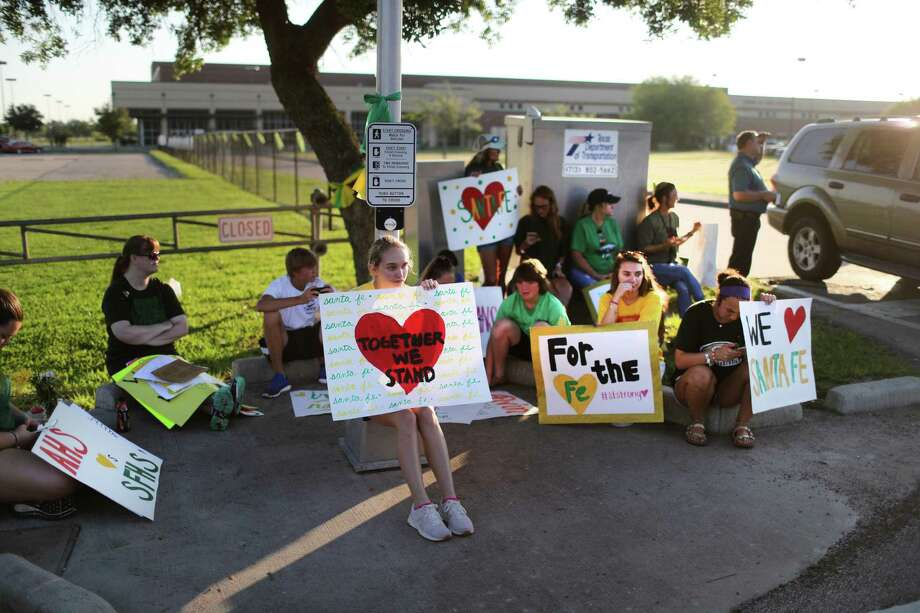 Santa Fe High School supporters gather by the school to wish student and staff well on their first day of classes after a shooting that killed 10 people. Tuesday, May 29, 2018 in Santa Fe. ( Marie D. De Jesus / Houston Chronicle) Photo: Marie De Jesus, SANTA Fe Returns / Marie D. De Jesus