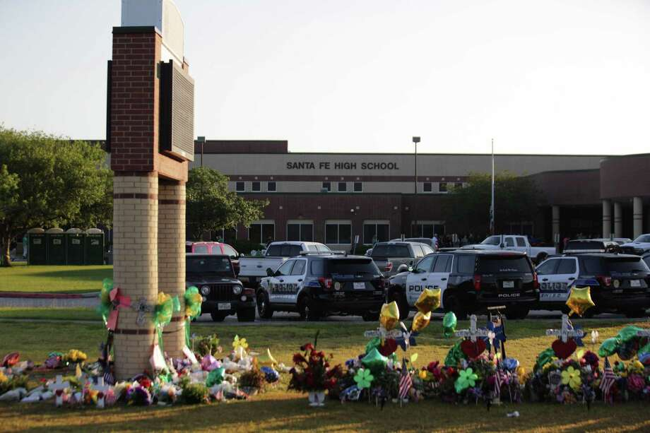 Santa Fe High School opens its doors again to welcome their students a week after eight students and two teachers were killed. Photo: Marie D. De Jesus, SANTA Fe Returns / Marie D. De Jesus