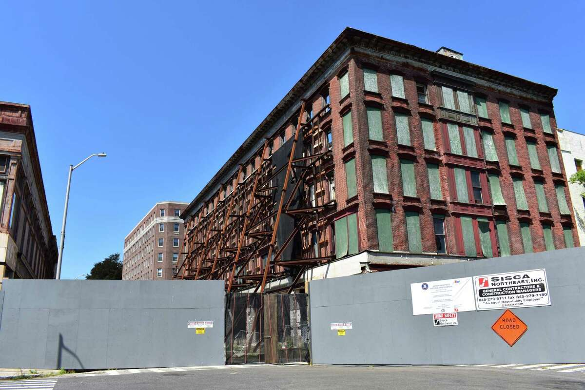 Entering August 2017, girders buttress the exterior brick walls of the Jayson-Newfield Historic Restoration in downtown Bridgeport, Conn., as crews continue to gut the interior to convert the building into more than 100 apartments with ground-level commercial space totaling 8,000 square feet. The project is a joint venture of Block 912 JV controlled by a pair of New York City developers.