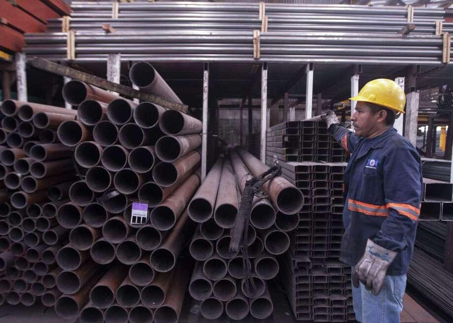Un hombre trabaja en una fábrica de distribución de acero en Monterrey, México, el 31 de mayo de 2018. Photo: JULIO CESAR AGUILAR /AFP /Getty Images / AFP or licensors
