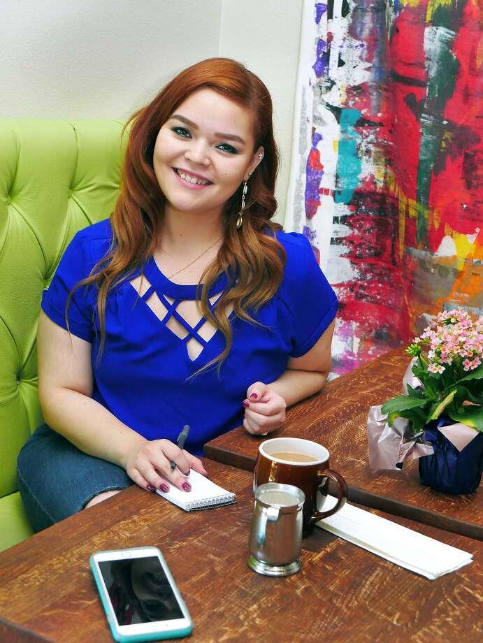 Silke Jasso facilitadora de los talleres de poesía de Laredo Border Slam posa para una foto en Cafe Dolce. Photo: Cuate Santos /Laredo Morning Times