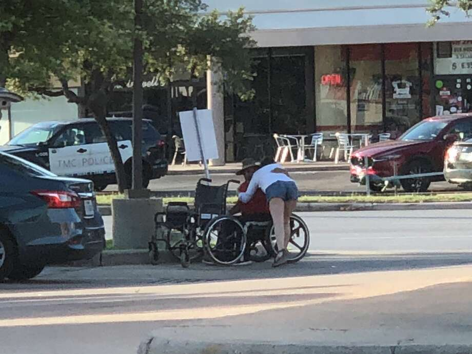 Woman gives disabled Houston man a new wheelchair - New