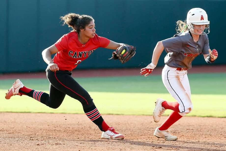New Braunfels Canyon's Aliyah Pritchett (left) runs down Humble Atascocita's Lauren Bazan during the third inning of their UIL Class 6A state softball final at McCombs Field in Austin on Saturday, June 2, 2018. Atascocita beat Canyon 5-3. MARVIN PFEIFFER/mpfeiffer@express-news.net Photo: Marvin Pfeiffer, Staff / San Antonio Express-News / Express-News 2018