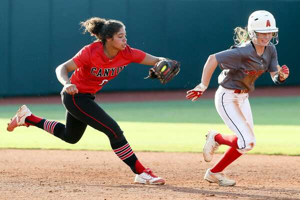 New Braunfels Canyon's Aliyah Pritchett (left) runs down Humble Atascocita's Lauren Bazan during the third inning of their UIL Class 6A state softball final at McCombs Field in Austin on Saturday, June 2, 2018. Atascocita beat Canyon 5-3. MARVIN PFEIFFER/mpfeiffer@express-news.net