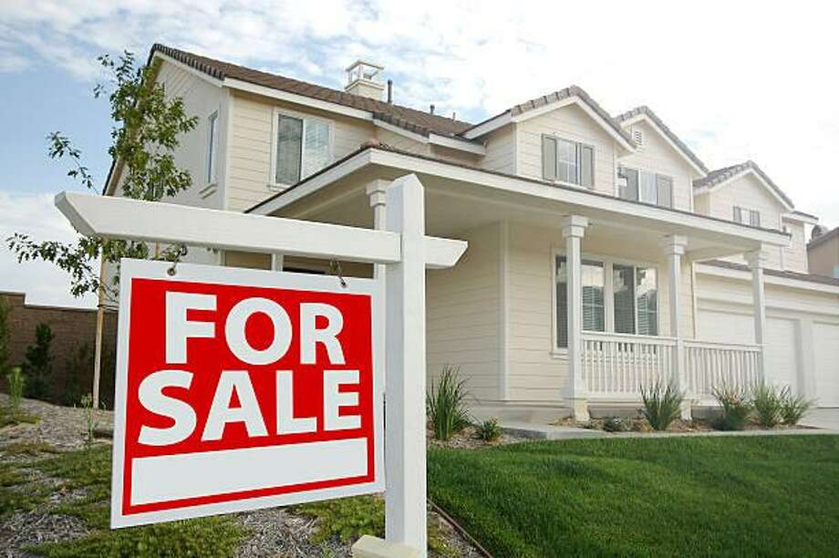 A six-month trial banning real estate signs in front of houses for sale will begin July 1 and conclude Jan. 1, 2019. Photo: Feverpitched / Getty Images/iStockphoto