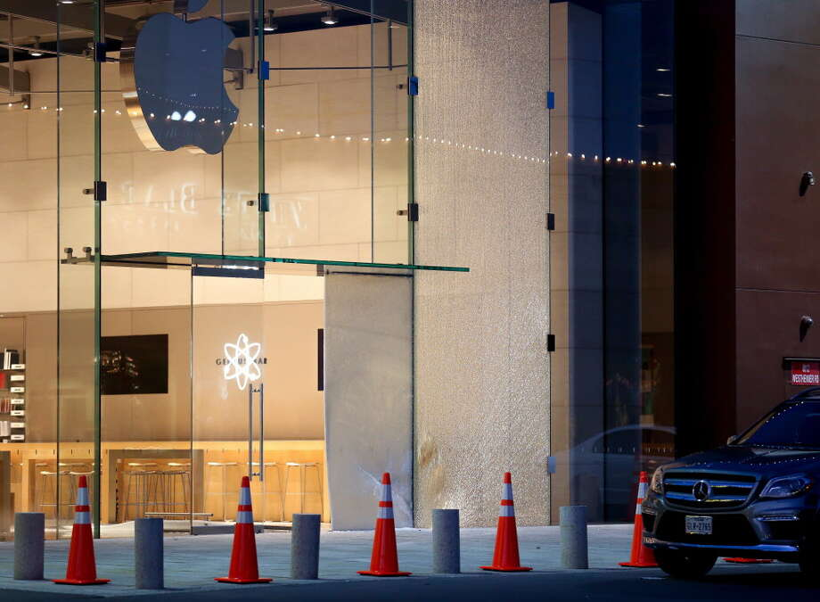 Suspects used a stolen vehicle for a smash and grab at the Apple Store in Highland Village Thursday, June 7, 2018, in Houston. Photo: Godofredo A. Vasquez, Houston Chronicle