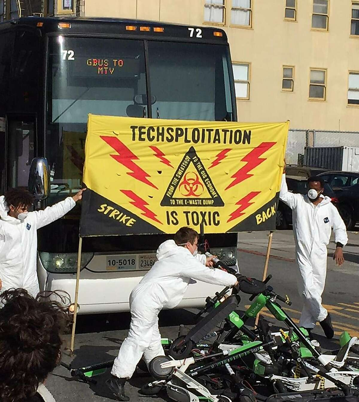 Protesters use scooters to block at least a dozen tech-industry buses in San Francisco, May 31, 2018. A simmering battle erupted once more over displacement, eviction and who owns the streets and neighborhoods of the high-tech capital. (David Streitfeld/The New York Times)