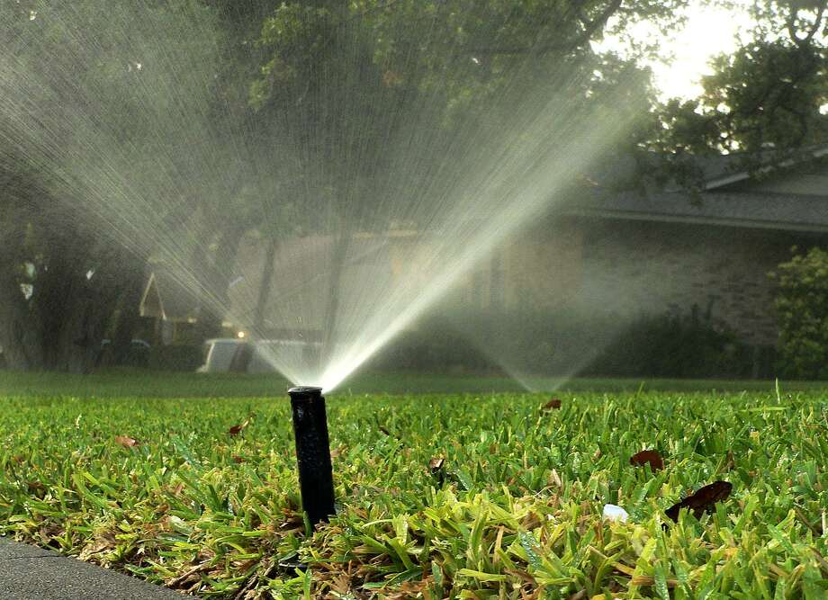 New outdoor watering restrictions have been imposed by the Canyon Lake Water Services Company for residents in Blanco, Spring Branch, Bulverde and north Canyon Lake after officials said residents ignored the watering schedule announced Aug. 1. Photo: BILLY CALZADA /SAN ANTONIO EXPRESS-NEWS / SAN ANTONIO EXPRESS-NEWS