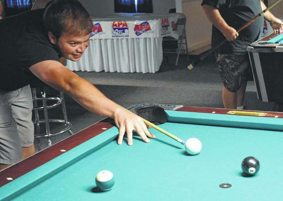 Ryan Suttles of Winchester practices Thursday for the APA 8-ball world qualifier tournament at Bogart's with his team from Firehouse Grill. Photo:       Samantha McDaniel-Ogletree | Journal-Courier