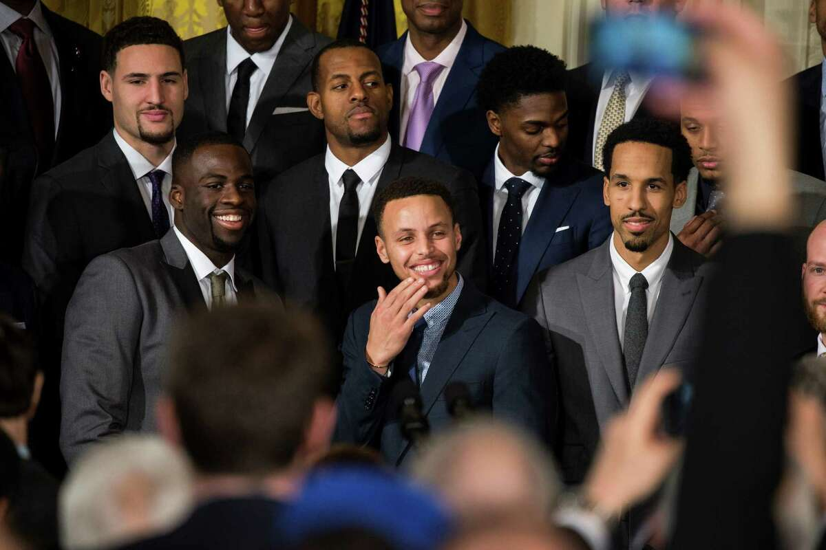 WASHINGTON, USA - FEBRUARY 4: Stephen Curry (C) of Golden State Warriors smiles as the crowd applauses him and the rest of the 2015 NBA Championship team to the East Room of the White House in Washington, USA on February 4, 2016. (Photo by Samuel Corum/Anadolu Agency/Getty Images)