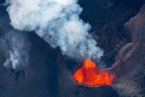 Lava boils away largest lake on Big Island in about 90