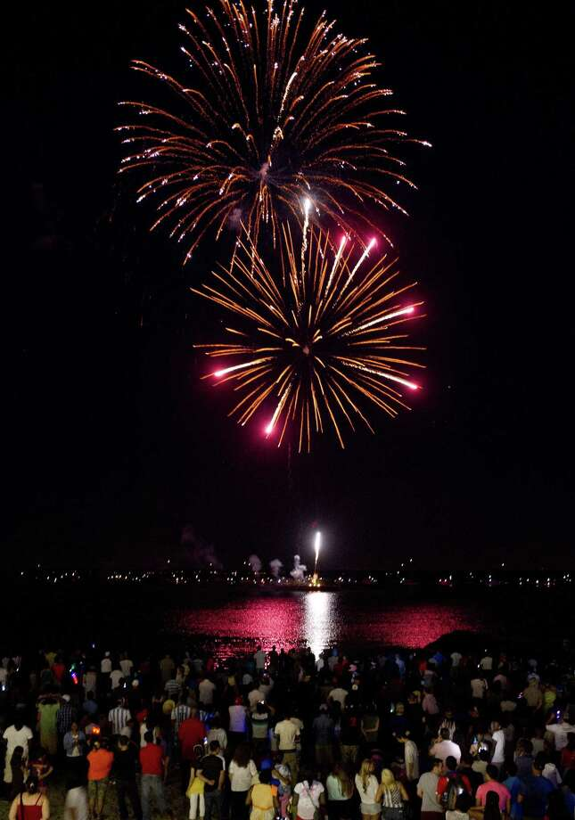 Fireworks light up the sky over Cummings Beach in Stamford, Conn., on Saturday, July 5, 2014. Photo: Lindsay Perry / Lindsay Perry / Stamford Advocate