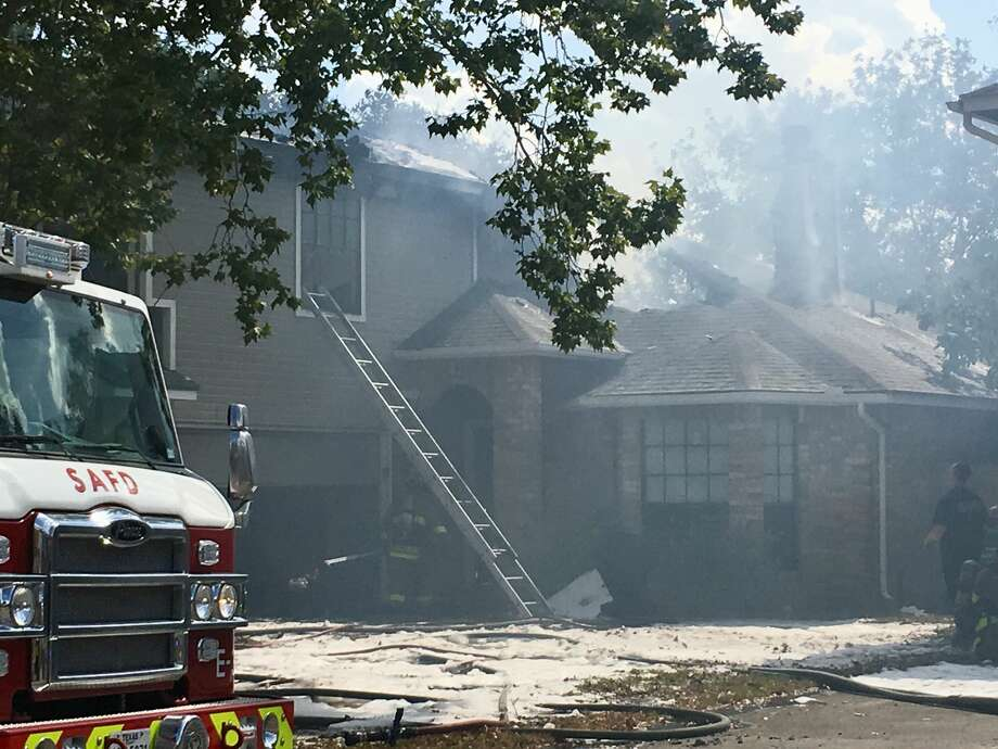 A house fire on San Antonio's West Side damaged two homes in the 9200 block of Johnny Reb Drive on Tuesday, June 12, 2018. Photo: S.M. Chavey