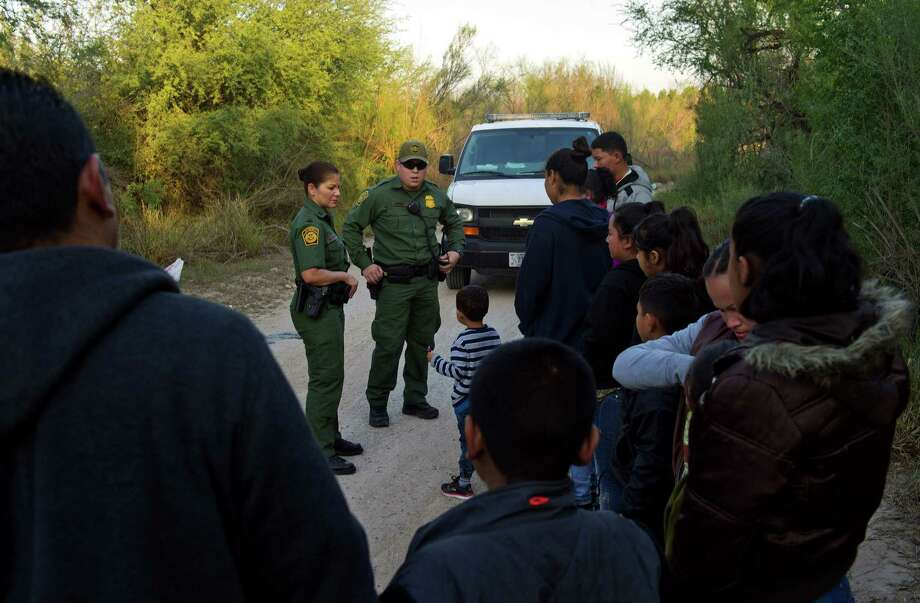 U.S. Border Patrol agents speak to suspected immigrants near the U.S.-Mexico border in McAllen, Texas, on Dec. 21, 2016. Photo: Bloomberg Photo By Eddie Seal / © 2016 Bloomberg Finance LP