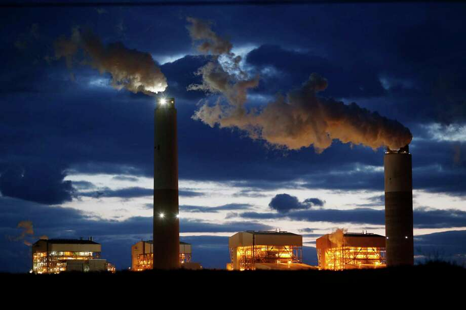 Emissions rise from the coal fired Santee Cooper Cross Generating Station power plant at dusk in Pineville, South Carolina, U.S., in March 2018. Photo: Bloomberg Photo By Luke Sharrett. / Bloomberg