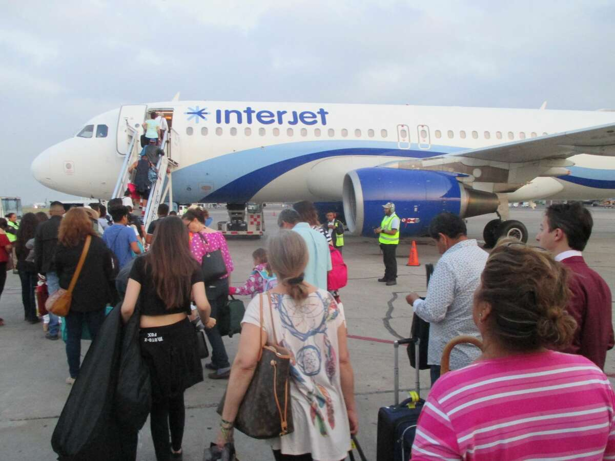 The line to board an Interjet A320 at the Guadalajara airport