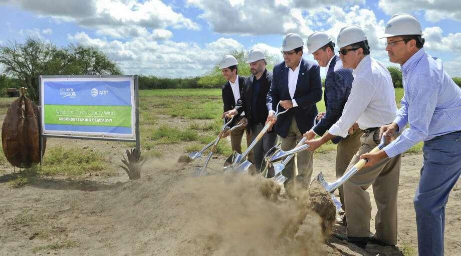 Representantes de NextEra Energy, AT&T, la Camara de Representantes de Texas y el distrito escolar WCISD pusieron la primera piedra del parque eólico el viernes 15 de junio de 2018. Photo: Danny Zaragoza /Laredo Morning Times / Laredo Morning Times