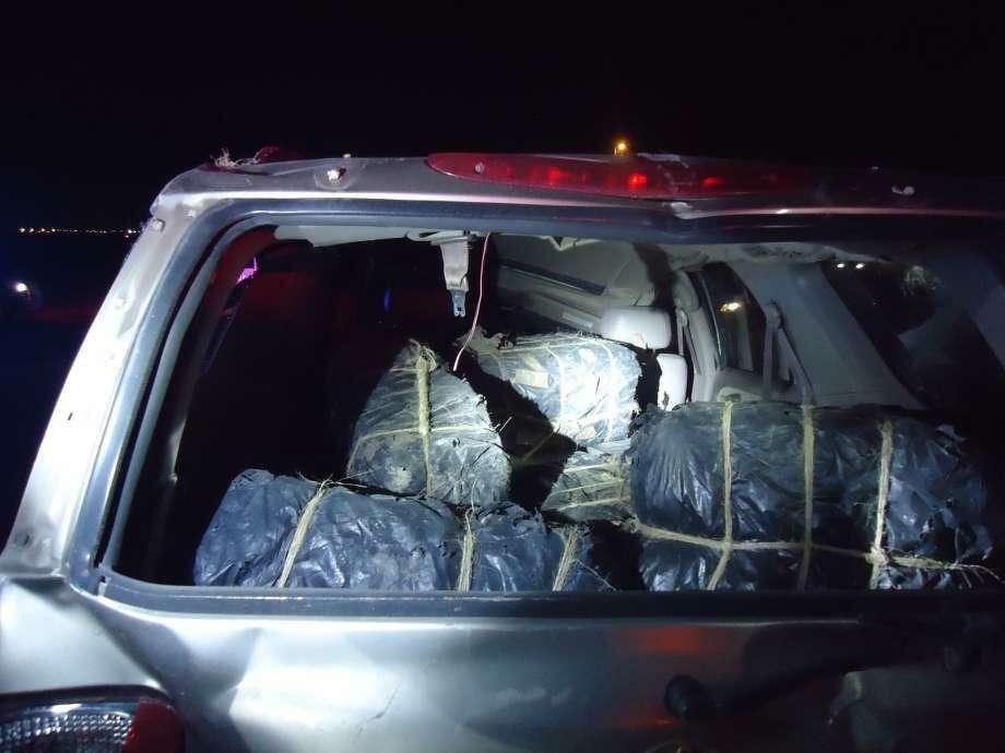 La Patrulla Fronteriza dijo que encontró cinco paquetes de marihuana en un vehículo después que se volcara sobre Mines Road alrededor de las 9:20 p.m., el jueves. El conductor del vehículo tipo SUV, un ciudadano estadounidense fue declarado muerto en el lugar de los hechos. Photo: Foto De Cortesía /Patrulla Fronteriza