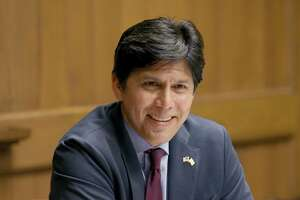 De León's bill would require ISPs contracting with California to observe net neutrality rules.