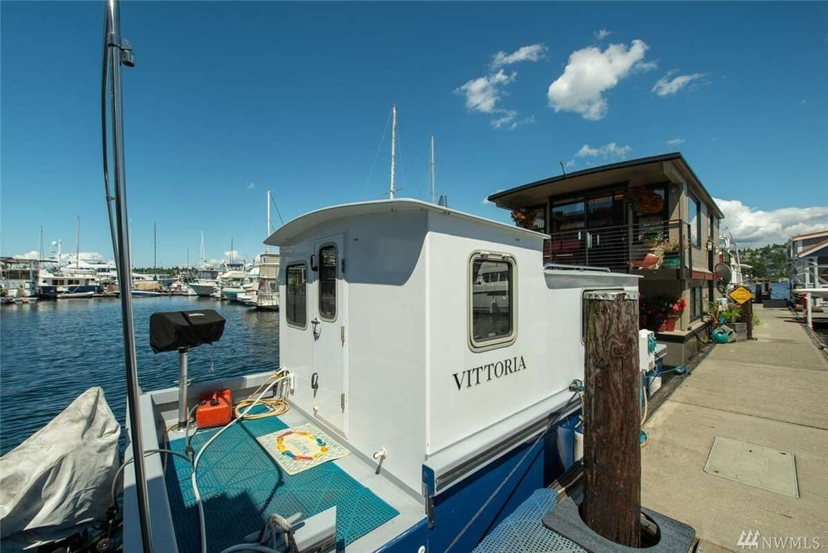 Tiny studio alternative floats on the lake, and asks just $75,000.