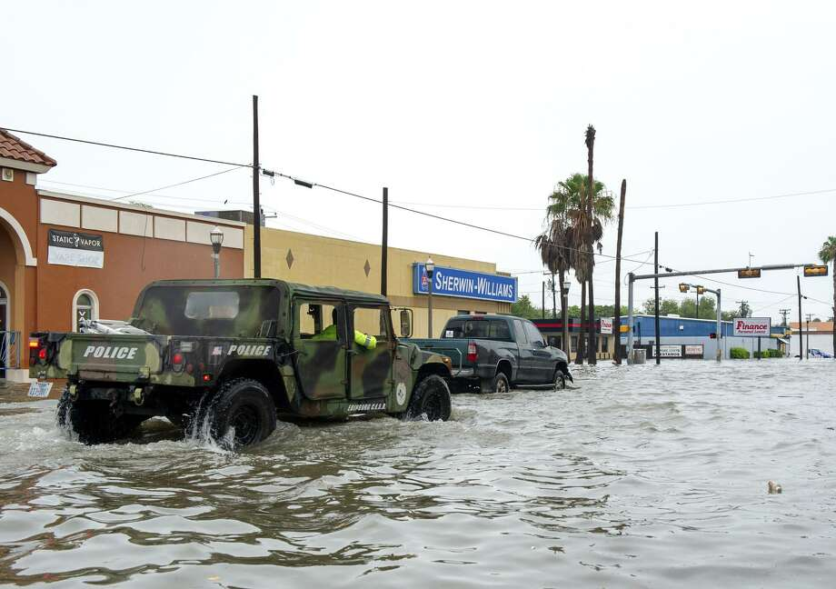 Un vehículo militar, tipo todo terreno, se impulsa en medio de una inundación el miércoles, sobre la avenida Texas en Weslaco. Fuertes lluvias a lo largo de la costa de Texas han causado inundaciones en áreas que fueron impactadas por el Huracán Harvey hace menos de un año. Photo: Jason Hoekema /Associated Press / 2018 Jason Hoekema