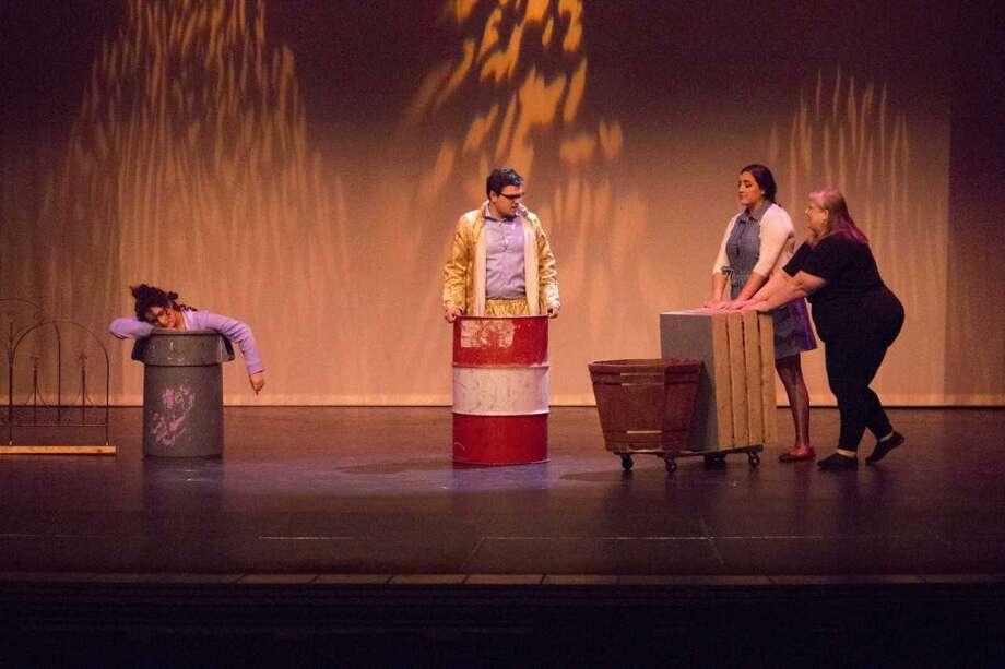 Actores interpretan sus roles en una obra dentro del ciclo Summer Stock Plays organizado por el Departamento de Bellas Artes y Artes Escénicas de LCC. Photo: Foto De Cortesía /LCC