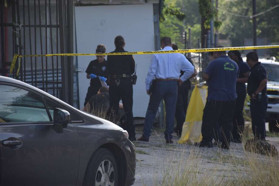 San Antonio police investigate the scene around a body found in the 2400 block of Chihuahua Street on Thursday, June 21, 2018. Photo: Caleb Downs/San Antonio Express-News