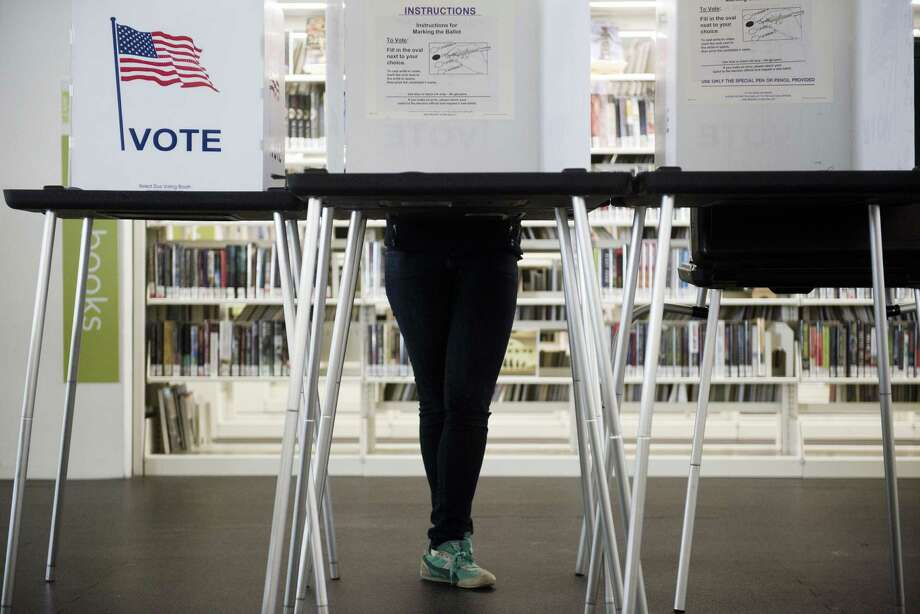 A person early votes at Central Library in Madison, Wisconsin., Oct. 14, 2016. Photo: LAUREN JUSTICE /NYT / NYTNS