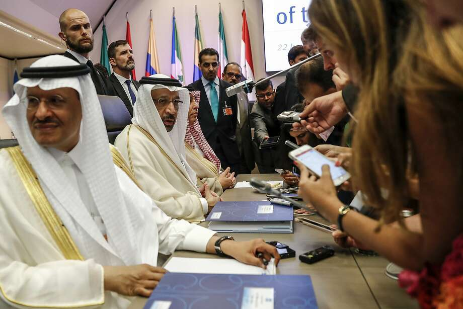 Khalid Al-Falih, Saudi Arabia's energy and industry minister, second left, speaks to reporters ahead of the 174th Organization Of Petroleum Exporting Countries (OPEC) meeting in Vienna, Austria, on Friday, June 22, 2018. Photo: Stefan Wermuth, Bloomberg