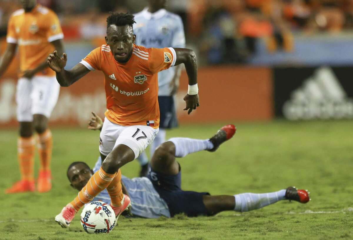 Houston Dynamo forward Alberth Elis (17) gets control of the ball during the first half of the first-round playoff MLS match at BBVA Compass Stadium Thursday, Oct. 26, 2017, in Houston. ( Yi-Chin Lee / Houston Chronicle )